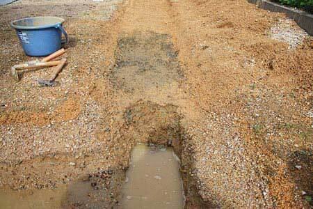 穴掘り作業開始