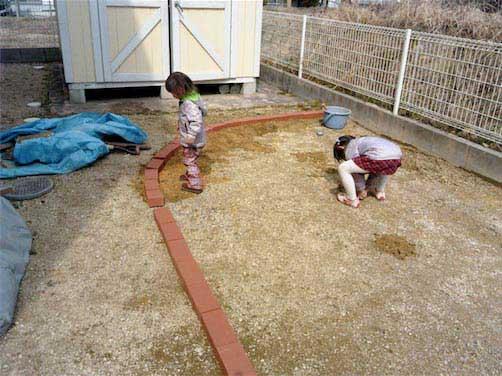 レンガを並べる子供たち